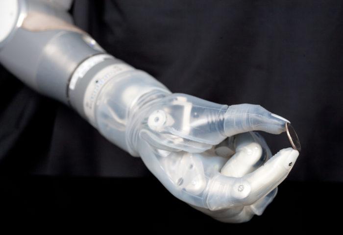 Робототехника в приволжском районе города Казани. Пробные занятия. Роботизированная рука держит монетку